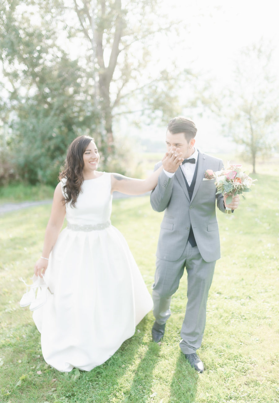 marie qui embrasse la main de la mariee en marchant