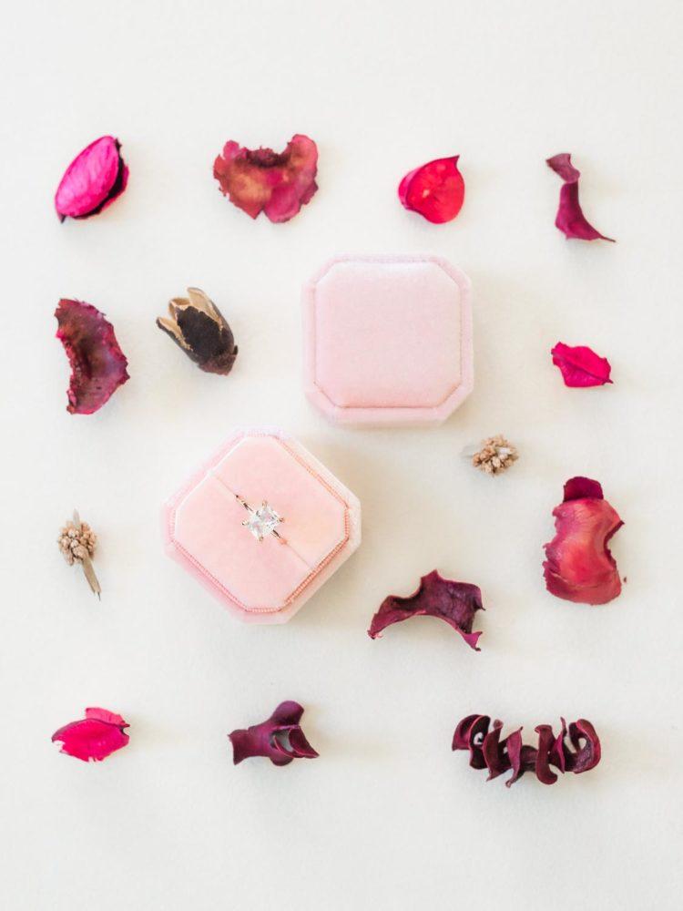 flat lays d'une bague de mariage avec fleurs roses