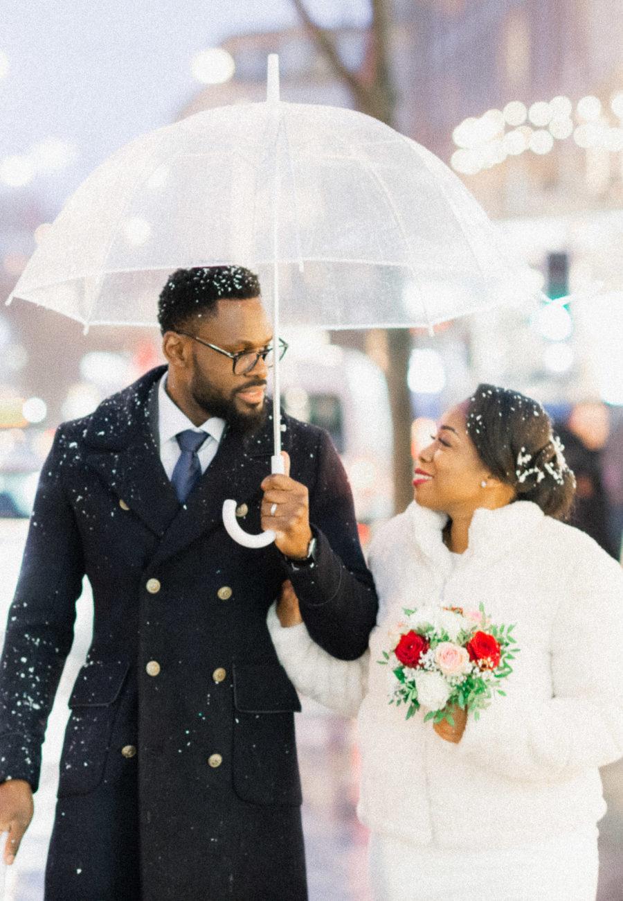 couple qui marche sous un parapluie dans les rues de lausanne