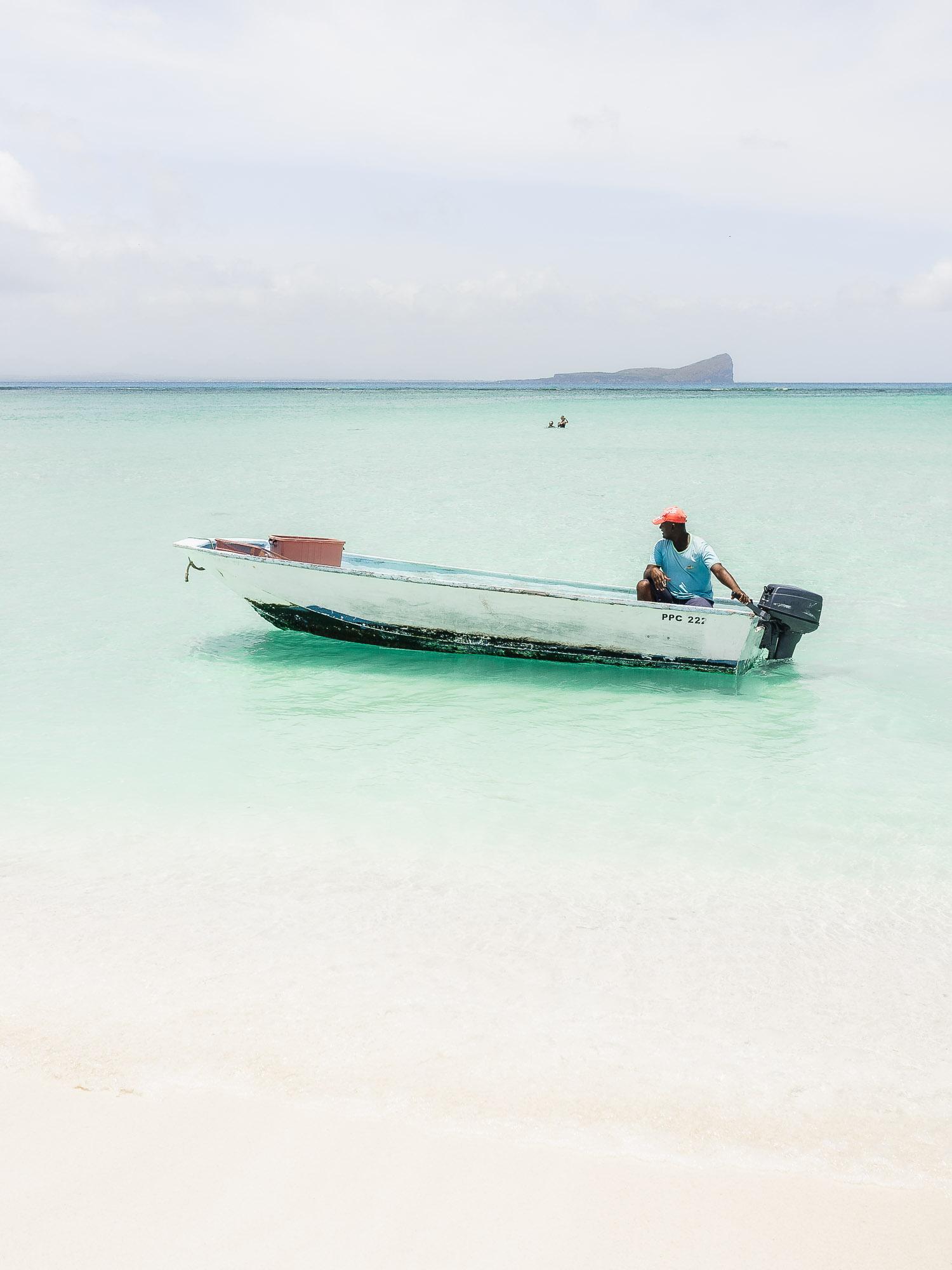 bateau de pecheur et eaux turquoises